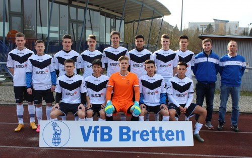 Foto:kri Die Verbandsliga A Junioren des VfB mit ihren Trainern Noah Wetzl und Reiner Pfannenschmid