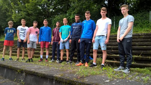 Die B Junioren waren angetreten, um bei der Verschönerung der VfB Anlage zu helfen. Lob an Reiner Pfannenschmid und seine Jungs.