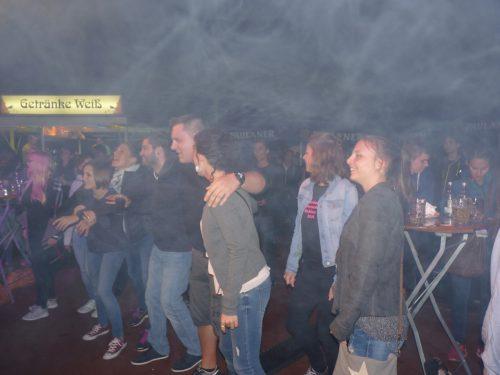Foto:kri Die begeisterten Sportfestbesucher im Bühnennebel