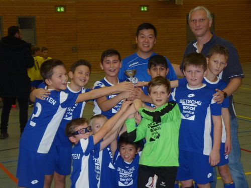 Foto: kri Der stellvertretende VfB Jugendleiter Andreas Robbe (re) überreichte der VfB E 2 mit Trainer Thieu Gia Thi einen Pokal.
