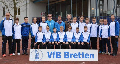 Foto:kri Die VfB C 2 Junioren mit ihren Sponsoren Dr. Schneider und Dr. Goll (7.u.8.v.li)