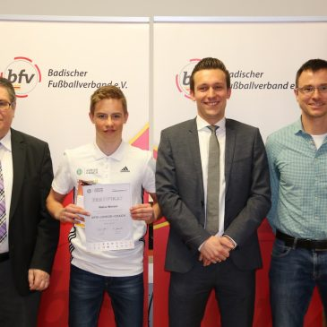 VfB Jugendspieler Niklas Wenzel als Junior Coach